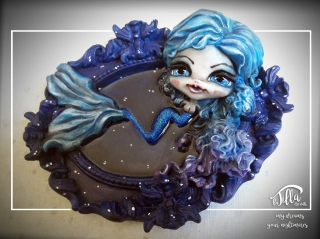 """MERMAID"" Resin frame with mermaid in cold porcelain and acrylics. (7 inch, 6 inch, depth 1,6 inch) December 2016 (After a chat with a German photographer (Sonja Saur Photography) known on Instagram did the idea of make A Doll that took its cue from a picture) December 2016 Cornice in resina con sirena in porcellana fredda e colori acrilici. (18cm x 15cm, profondità 4 cm) Dicembre 2016 (Dopo uno scambio di battute e di reciproca stima con una fotografa tedesca (Sonja Saur Photography) conosciuta su instagram e' nata l'idea di realizzare una doll che prendesse spunto da una sua foto) Dicembre 2016"