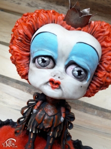 """QUEEN OF HEARTS"" http://www.international-art-doll-registry.com IADR#20171144 OOAK inspired by the film ""Alice through the looking glass"". Resin frame, carded wool, cold porcelain and acrylics. (6,7 inch, 1,6 inch, height 7,8 inch) January 2017 http://www.international-art-doll-registry.com IADR# 20171144 OOAK ispirata al film ""Alice attraverso lo specchio"". Cornice in resina, lana cardata, porcellana fredda e colori acrilici. (17 cm x 14 cm altezza 20 cm circa) Gennaio 2017"