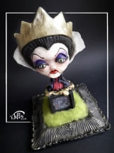 """GRIMILDE"" http://www.international-art-doll-registry.com IADR#20171178 OOAK, fan art sculpture inspired by the Snow White Queen, Grimilde. Porcelain frame, carded wool, cold porcelain and acrylics color. 10,6 inch, 7 inch, 7 inch. February 2017 http://www.international-art-doll-registry.com IADR#20171178 OOAK, scultura fan art ispirata alla regina cattiva di Biancaneve, Grimilde. Cornice in porcellana, lana cardata, legno, porcellana fredda e colori acrilici. 27 cm x 18 cm altezza 18 cm. Febbraio 2017"