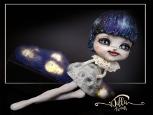"Cosmic girl IADR#20171458 Lampada realizzata in porcella fredda, legno, lana cardata e colori acrilici!!!! 21 cm x 10 cm altezza 20 cm circa - ""Cosmic Girl"" Lamp made of cold porcelain, wood, carded wool and acrylic colors !!!! 8,2 inch 4 inch height about 7,8 inch."
