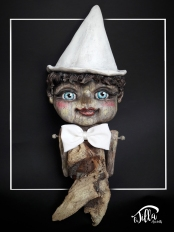 """PINOCCHIO"" OOAK, fan art sculpture inspired by Pinocchio. Sea Wood found on the beaches of Tuscany (The Body), cold porcelain and acrylics. 5,5 inch, 15 inch, depth of about 3,3 inch. March 2017 - OOAK, scultura fan art ispirata a PINOCCHIO. Legno di mare raccolto sulle spiagge della Toscana (il corpo), porcellana fredda e colori acrilici. 14cm x 38cm, profondità 8,5 cm circa. Marzo 2017"