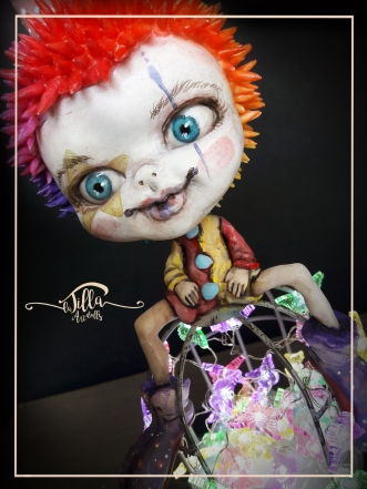 """Little Rainbow Clown"" Lampada realizzata in porcellana fredda, colori acrilici, legno, gabbietta in metallo e catena di luci led con farfalline colorate a batteria e telecomando.11cm x 12 xm altezza 30 cm - ""Little Rainbow Clown"" Lamp made of cold porcelain, acrylic colors, wood, metal cage and led light chain with colored battery and remote control. 4,3 inch 4,7 inch height 11,8 inch"