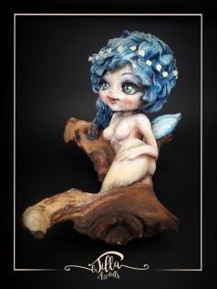 """""""Nascita di una fata"""" Porcellana fredda, colori acrilici e legno """"Mopani africano"""" 26 x 20 cm, altezza 20 cm - """"Birth of a fairy"""" Cold porcelain, acrylic colors and wood """"African Mopani"""" 10 inch 7,8 inch height 7,8 inch"""