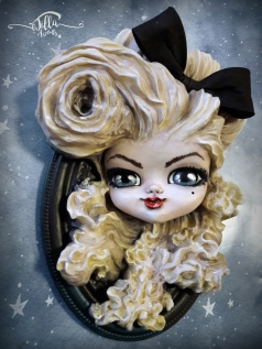 """""""CUTE BLONDE"""" Cold porcelain and acrylic colors on oval frame (6.3 """"10.2"""" depth 2.3 """")"""
